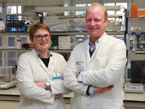 Priv.-Doz. Dr. Pia Hartmann und Priv.-Doz. Dr. Jens Chemnitz im Labor, Foto: Uniklinik Köln