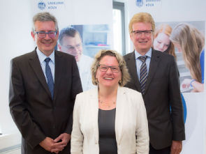 v.l.n.r.: Prof. Dr. Edgar Schömig, Wissenschaftsministerin Svenja Schulze, Günter Zwilling Bildrechte: Uniklinik Köln