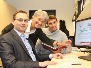 Dr. Markus Storbeck (l.) und Andreas delle Vedove MD/PhD (r.) mit Prof. Dr. Brunhilde Wirth, Foto: Uniklinik Köln