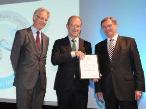 Preisträger Prof. Dr. Michael Hallek mit Laudator Prof. Dr. Ulrich Jäger (li.) und Prof. Dr. Erland Erdmann (re.), Präsident der Gesellschaft für Fortschritte in der Inneren Medizin