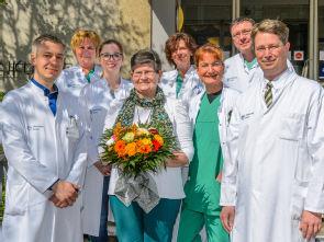 Das Team der Augenheilkunde mit der 2000. Patientin (Mitte), Foto: Uniklinik Köln