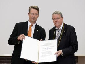 Die feierliche Urkundenübergabe (links Prof. Dr. Claus Cursiefen, rechts Prof. Dr. Jörg Hacker, Präsident der Leopoldina) Foto: Leopoldina, Halle