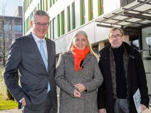 (v.l.) Vorstandsvorsitzender Prof. Dr. Edgar Schömig, NRW-Wissenschaftsministerin Isabel Pfeiffer-Poensgen und Dekan Prof. Dr. Dr. h.c. Thomas Krieg, Foto: Uniklinik Köln