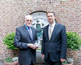 Prof. Dr. Rudolf Guthoff (l.) mit der Maternushausehrenemedaille und Prof. Dr. Claus Cursiefen (r.), Foto: Uniklinik Köln