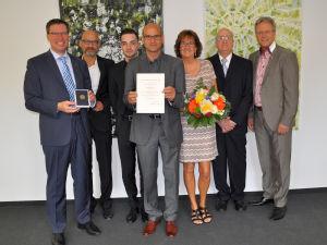 Engagiert für die Gesundheit von Mensch und Tier: Dirk Sindhu (Mitte) bei der offiziellen Übergabe. Foto: Rheinisch-Bergischer Krei