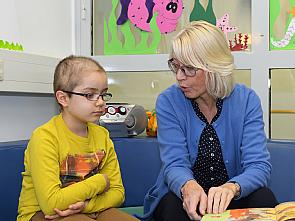 Bürgermeisterin Elfi Scho-Antwerpes beim Vorlesen in der Kinderonkologie