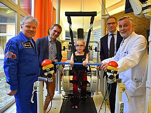 Prof. Dr. Reinhold Ewald, Prof. Dr. Jörn Rittweger, die kleine Patientin Chiara, Prof. Dr. Jens Jordan, Prof. Dr. Eckhard Schönau (v.l.), Foto: Uniklinik Köln