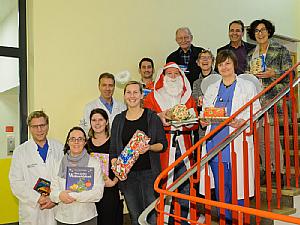 Das Weihnachtsteam sammelt sich für die Bescherung. Foto: Uniklinik Köln