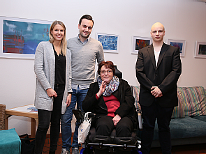 Die Künstlerin Gabriela Pilger (3.v.l.) mit ihrer Familie bei der Austellungseröffnung, Foto: Uniklinik Köln