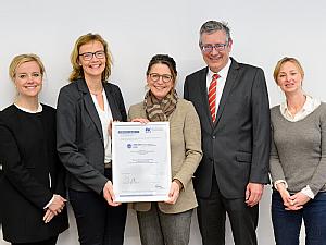 Die Zentrumsleiterin Prof. Dr. Rita Schmutzler (M.) und der Vorstandsvorsitzende Prof. Dr. Edgar Schömig (Uniklinik Köln) freuen sich über die Zertifikatsübergabe durch Dr. Andrea Gilles (2.v.l.) von der Ärztekammer. Foto: Uniklinik Köln