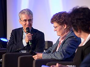 Prof. Dr. Jürgen Wolf (Kongresspräsident der PerMediCon 2018) im Gespräch mit Bärbel Söhlke (Patientin), Foto: Koelnmesse GmbH; Andreas Hagedorn