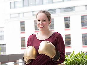 Goldene Boxhandschuhe als Preis: Ann-Charlott Schneider hat sich gegen Konkurrenz durchgeboxt, Foto: Uniklinik Köln