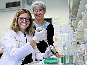 Eva Janzen, Doktorandin im Labor Wirth, und Prof. Dr. Brunhilde Wirth, Direktorin des Instituts für Humangenetik an der Uniklinik Köln (v.l.), Foto: Christoph Wanko