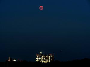 Blutmond über dem Bettenhaus der Uniklinik Köln, Foto: Uwe Herzog