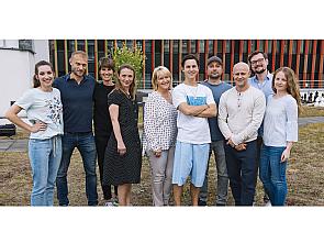 Teamfoto mit den Darstellern Julie Stark (1.v.l.) Tim Oliver Schultz (5.v.r.) und Jürgen Vogel (3.v.r.) auf dem Dach der Nuklearmedizin der Uniklinik Köln, Foto: Martin Rottenkolber