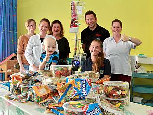 Jill Beckert bei der Spendenübergabe auf der kinderonkologischen Station. Foto: Uniklinik Köln