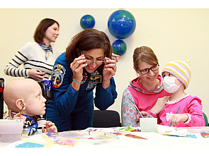 Die ehemalige NASA-Astronautin Nicole Stott während der Kunstaktion. Foto: Uniklinik Köln