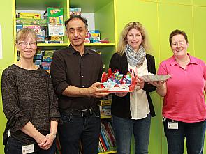 Bei der Spendenübergabe, Foto: Uniklinik Köln