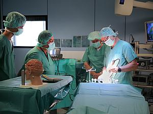 Die Mediziner demonstrierten OPs an künstlichen Schädeln, Foto: Uniklinik Köln
