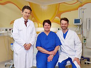 Foto: Uniklinik Köln, (v.l.) Prof. Dr. Peter Mallmann (Klinikdirektor Frauenheilkunde und Geburtshilfe), Petra Krämer-Jörgens (Leitende Hebamme) und Dr. Berthold Grüttner (Leiter Geburtshilfe)