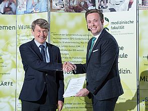 Dr. Nils Große Hokamp bei der Preisübergabe in Münster, Foto: FZ/J. M. Tronquet
