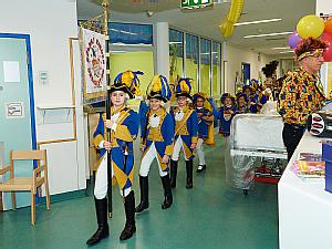 Kleine Gardisten begleiten das Dreigestirn, Foto: Uniklinik Köln