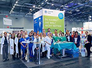 Das Messeteam mit vielen Auszubildenden und Lehrkräften. Foto: Uniklinik Köln