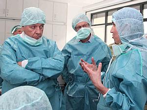 Jo Vandeurzen (links) im Gespräch mit Prof. Dr. Veerle Visser-Vandewalle (rechts), Foto: Uniklinik Köln