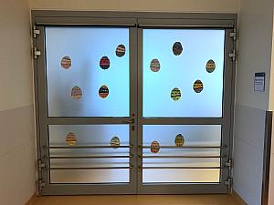 Die buntbemalten Eier der Kinder verzieren Türen und Wände, Foto: Uniklinik Köln