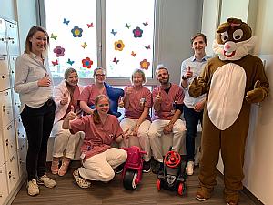 Der Osterhase mit seinen Helfern vom Verein und der Station Kinder 2, Foto: Sarah Opitz