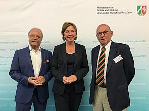 Prof. Dr. Bernd Böttiger, Schulministerin Yvonne Gebauer und Prof. emer. Dr. Hugo van Aken (v.l.), Foto: MSB NRW