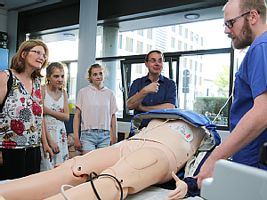 Eine mechanische Hilfe zur Thoraxkompression wird den staunenden Bürgern erklärt, Foto: Friedemann Reinhold