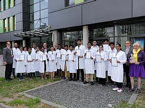 Nach bestandener Prüfung: Die indischen Studierenden halten glücklich die Zertifikate in den Händen. Foto: Thies Schöning