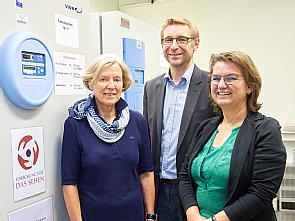 (v.l.) Anne Christine Kerp (Förderverein), Laborleiter Priv.-Doz. Dr. Felix Bock und Martina Schönhals (Stiftung), Foto: Michael Wodak