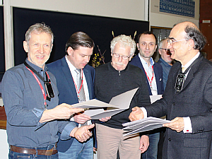 Übergabe der Zertifizierungs-Urkunde an Prof. Walger (links) auf der Jahrestagung, Foto: DGA/Lars Krause