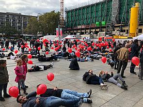 Flashmob am Kölner Dom zum Thema Wiederbelebung, Foto: Anja Schattschneider