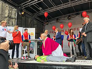 Und auch der Weihbischof macht mit und übt die Herzdruckmassage, Foto: Anja Schattschneider