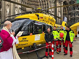 Weihbischof Ansgar Puff segnet das Kölsch Mädche, den Rettungshubschrauber der ADAC Luftrettung, Foto: Anja Schattschneider