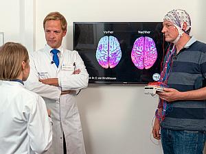 Dr. Eckart von Hirschhausen (r.) mit Prof. Christian Grefkes (M.) und Dr. Caroline Tscherpel (l.), Foto: WDR/Max Kohr