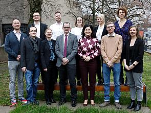 Die Absolventen mit Pflegedirektorin Marina Filipović (5.v.l.u.) und ihrem Stellvertreter Kai-Uwe Buschina (4.v.l.u.), Foto: Dorothea Hensen