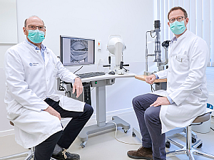 Prof. Dr. Christof Scheid und Prof. Dr. Philipp Steven (v.l.) an der provisorischen Untersuchungseinheit, Foto: Michael Wodak