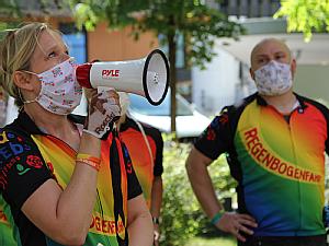 Da die erkrankten Kinder wegen der Pandemie auf der auf Station bleiben müssen, hilft ein Megaphon bei der Kommunikation. Foto: Christoph Wanko