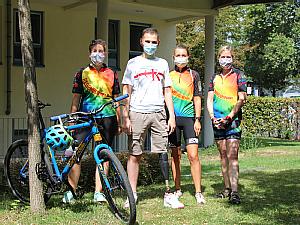 Mihajlo Mitrovic, umgeben von drei sympathischen Fahrradfahrerinnen der besonderen Regenbogenfahrt 2020. Foto: Christoph Wanko