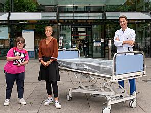 Prof. Dr. Stephan Baldus mit Claudia Valle (M.) und einer Lebenshilfe-Mitarbeiterin (l.), Foto: Christian Wittke