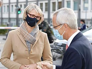 Bundesforschungsministerin Anja Karliczek mit Dekan und Vorstandsmitglied Prof. Dr. Gereon Fink, Foto: Dorothea Hensen