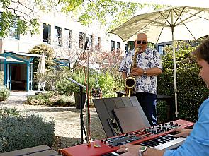 Das Kölner Duo Bernd Delbrügge (Saxophon) und Gero Körner (Piano) im Garten des Dr. Mildred Scheel Hauses, Foto: Dorothea Hensen