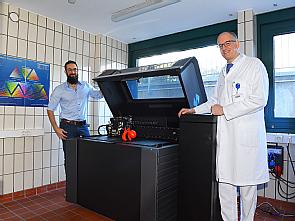 Entwicklungsingenieur Robin Bayer und Prof. Dr. Bernhard Dorweiler (v.l.) mit dem neuen Kernstück des 3D-Labors, Foto: Klaus Schmidt
